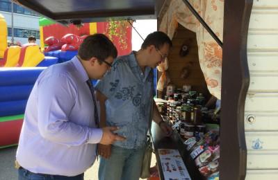 Депутаты регулярно проводят мониторинг ярмарок выходного дня