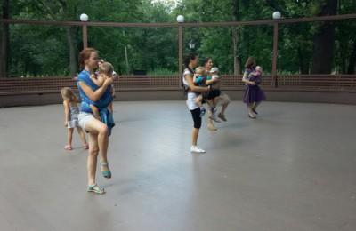На сцену выйдут мамы, которые исполнят танец вместе со своими грудными детьми, которых они носят в слингах На сцену выйдут мамы, которые исполнят танец вместе со своими грудными детьми, которых они носят в слингах