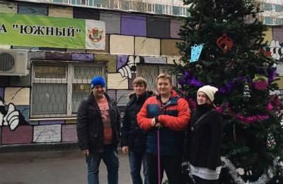 Члены молодёжной палаты района Орехово-Борисово Южное приняли участие в украшении елки в центре досуга и спорта «Южный»
