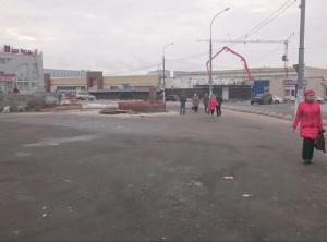 """На месте снесенного торгового комплекса у метро """"Южная""""."""