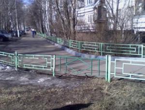Во дворе одной из многоэтажек района Орехово-Борисово Южное обновили ограждение
