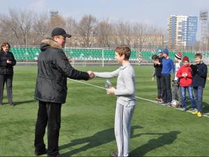 На футбольном поле школьники соревновались в меткости, забивая мячи в ворота