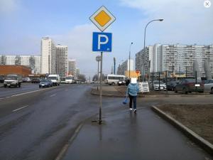 Стойка с дорожными знаками в районе Орехово-Борисово Южное