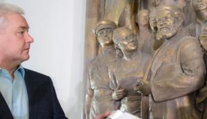 Сергей Собянин осматривает отреставрированный горельеф Вучетича в Москве