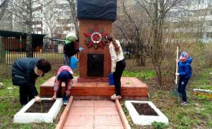 Памятник погибшему солдату помогли привести в порядок дети района Орехово-Борисово Южное