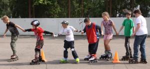 Юные любители роликовых коньков