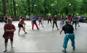 Занятия на танцевальной площадке