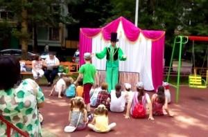 Кукольный спектакль во дворе