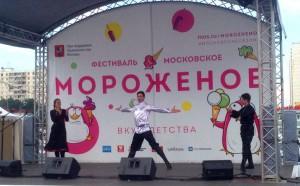 Танцевальный коллектив на сцене фестиваля
