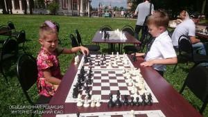 Юные жители Южного округа за игрой в шахматы