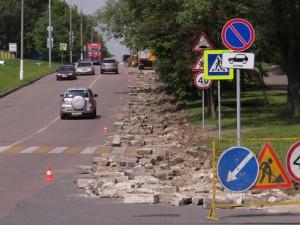 На одной из улиц района Орехово-Борисово Южное меняют бортовой камень