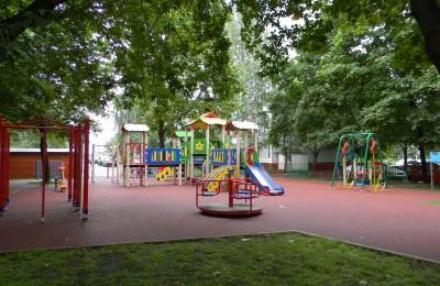 Детская площадка во дворе домов на Воронежской