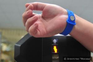 Почти 10 тысячам столичных учеников выдали электронные браслеты для прохода в школу