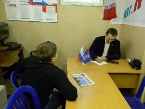 Депутат Демченков общается с жителями