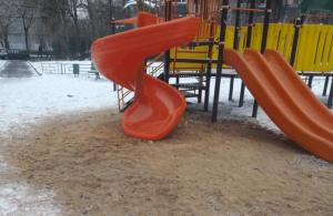 Отремонтированная горка на детской площадке во дворе дома 42 по улице Домодедовская