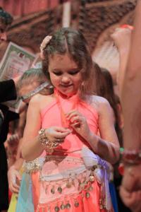 Юная участница фестиваля восточных танцев
