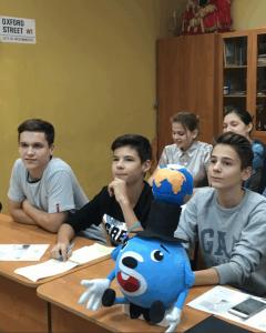 Ученики центра образования «Царицыно» во время онлайн-конференции с Японией и Катаром