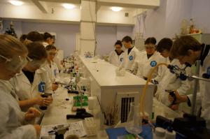 Ученики центра образования «Царицыно» на лабораторном практикуме
