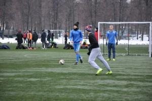 Футболисты играют в футбол зимой