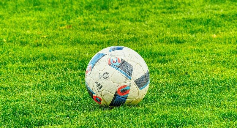 футбол мяч трава